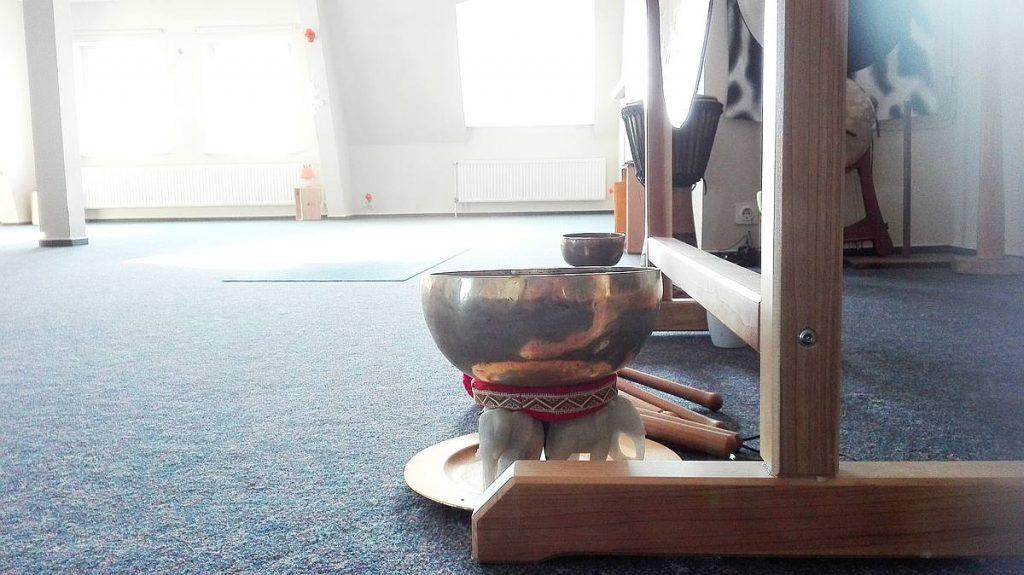 Gong und Klangschalen begleiten die Entspannungen