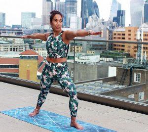 Helden-Yoga ist eine gute Schulter-Nacken-Übung