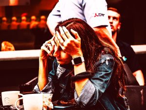 Nackenschmerzen können durch die Stress-Haltung entstehen