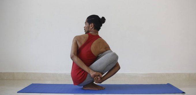 Yoga Asana gedrehte Hocke