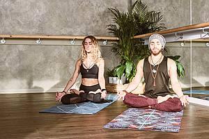 Zwei Menschen meditieren