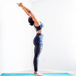 Yoga-Übung Tadasana vor weisser Wand