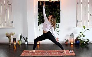 Frau übt aufschauenden Held aus dem Yoga im Wohnzimmer